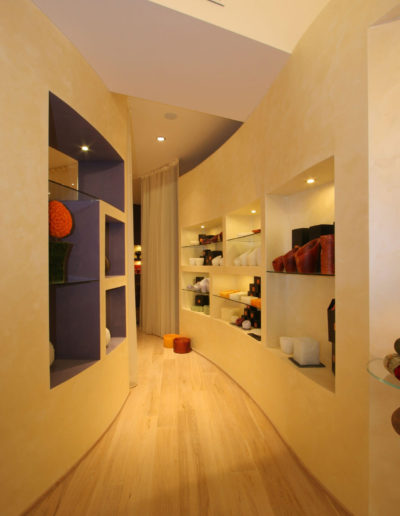 micaela-mazzoni-studio-interior-designer-bologna-progetti-commerciali-gallery-portrait-negozio-multisensoriale-bologna-2